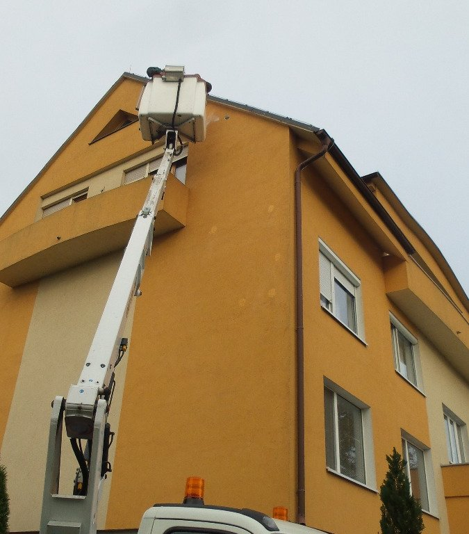 melenie trhlín obvodového plášťa budovy.